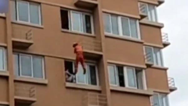 女子五楼窗台欲轻生,消防员秒降推回