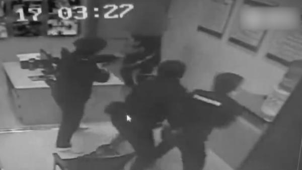 男子携金鱼进地铁,被拦后掏刀威胁民警
