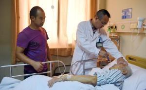 台州一清洁工撞伤九旬老人,举债为其治疗日夜贴身照顾