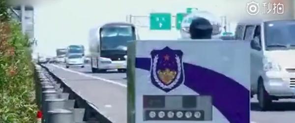 """交警""""新神器""""在公路护栏上自动跑,抓拍占用应急车道等违法"""
