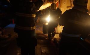 快餐店起火,消防员徒手拎出喷火煤气罐
