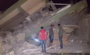 伊朗法尔斯通讯社消息称,地震发生在当地时间21时48分,随后又发生数次3.1级至4.1级的余震。图为人们在倒塌的建筑物中检查。