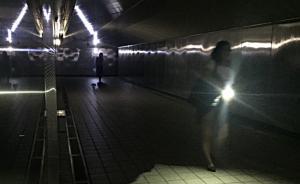 8月15日下午4时51分,台湾桃园大潭电厂6部机组跳脱,因供电容量减少约400万瓩,电力系统频率瞬间降低,因而自动启动低频电驿的安全保护措施,造成全台多处停电。图为台北市松江路地下道受影响停电,民众自备手电筒点起灯光前进。
