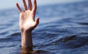 四川宜宾男子不慎落水又遭爱犬按入水中,幸遇老特警救助