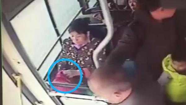 公交驾驶员好心让座,手机被老太顺走码