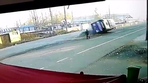 为躲自行车公交侧翻,骑车人淡定离开