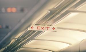 鼻子贴胶布被疑整容,19岁女乘客登机后被东航强行劝下飞机