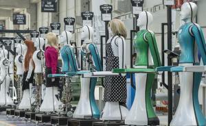机器人生产线上,穿着不同服饰不同造型的机器人列队等候技术人员检测。