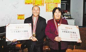 重庆夫妇卖包子替子还债获全国道德模范,回乡鞠躬谢邻居帮助