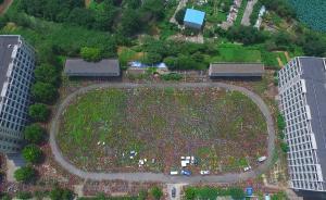 实拍合肥共享单车堆满废弃校园