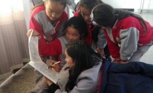 暖闻|河南商丘一女教师摔伤尾椎,趴折叠床为学生辅导
