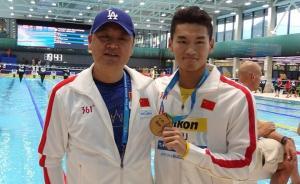 """特写 中国游泳队有位金牌""""爸爸"""",肿瘤术后5个月硬撑执教"""