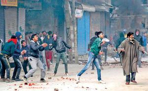 印度人民党议员在印控克什米尔被民众掷石块打伤,送医救治