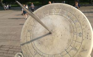 清华大学日晷被刻字后续:校方已进行修复,但刻画痕迹犹在