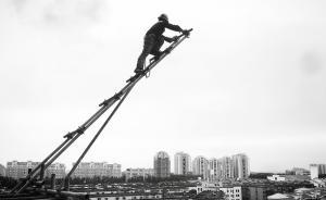 """近日,一组农民工拍摄的工友照片蹿红网络。网友""""围城不是城""""是一位奋斗在一线的普通农民工,奔走于全国各地工作近十年,闲暇之余他喜欢拿起手机拍摄自己的工友们,希望和大家一起分享自己拍摄的点点滴滴。图为""""围城不是城""""拍摄的架子工工友。"""