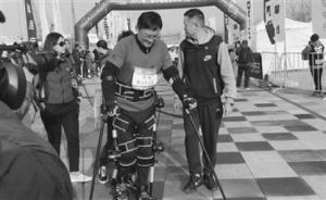 """瘫痪患者变身""""钢铁侠"""",机器人装备让他们也能跑马拉松"""