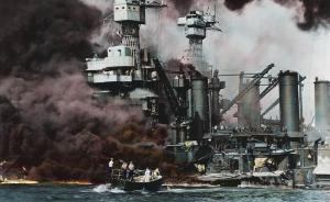"""2017年12月7日报道,英国,日本偷袭珍珠港事件爆发76周年,55岁的英国电工发布了一组经过重新上色的老照片,向人们真实再现了76年前的那个恐怖时刻。照片显示,美军""""加利福尼亚""""号和俄克拉荷马号战列舰在遭到日军袭击后下沉,战列舰上冒着滚滚黑烟,战列舰上的美军士兵四散逃命,而远处还有一些士兵正茫然地看着自己的战友疯狂逃散。东方IC 图"""