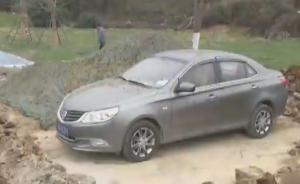 停车妨碍施工?车辆四周被挖一米深坑