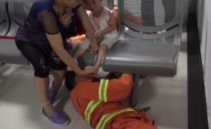 女童腿卡铁椅,消防员施救全程淡定不哭