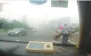 暖闻丨济南患老年痴呆症老人走上快车道,巡警开车逆行护送