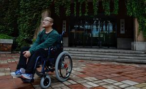魏祥在自己的系馆——物理系办公楼前,满脸憧憬。一段新的生命历程开始了。