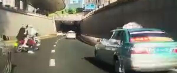 """骑摩托车驶入隧道与交警""""猫捉老鼠"""",涉事男子被行拘20天"""