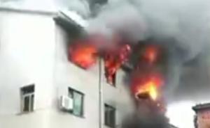 浙江东阳民宅起火,村民用3条梯子搭起生命通道救下3名妇孺