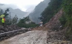 受强降雨影响,四川平武至九寨沟黄龙多处路段现塌方和泥石流