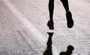 """小学生顶着高温花钱学跑步,家长目标""""小升初""""体育测试"""