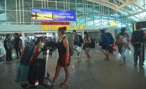 中国游客巴厘岛机场遭移民官员索要小费,当地移民局介入调查