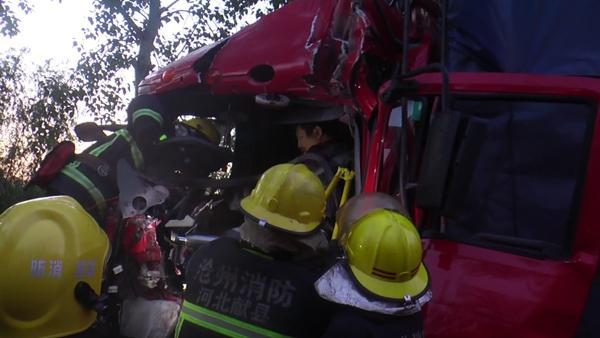 沧州:两车追尾一人被困 消防现场