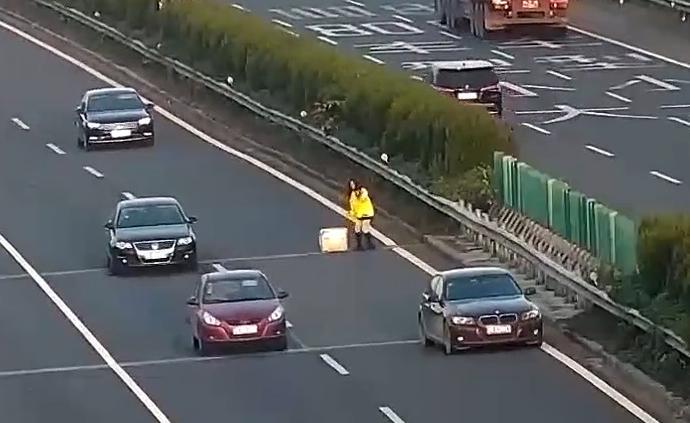 女司机高速上开到没油,拿棉被当三角牌